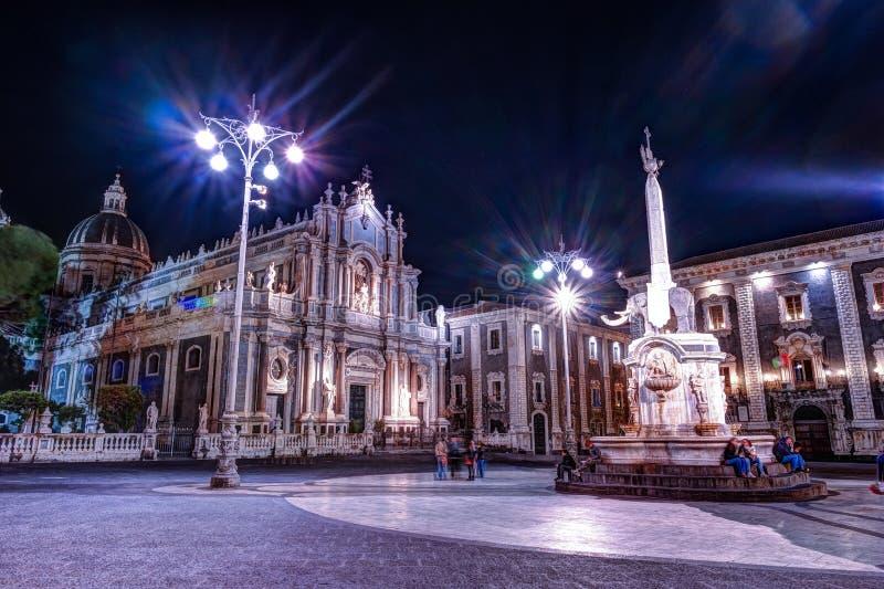 Nattsikt av piazza del Duomo i Catania, Sicilien, Italien arkivfoton