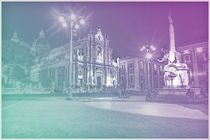 Nattsikt av piazza del Duomo i Catania, Sicilien, Italien royaltyfri foto