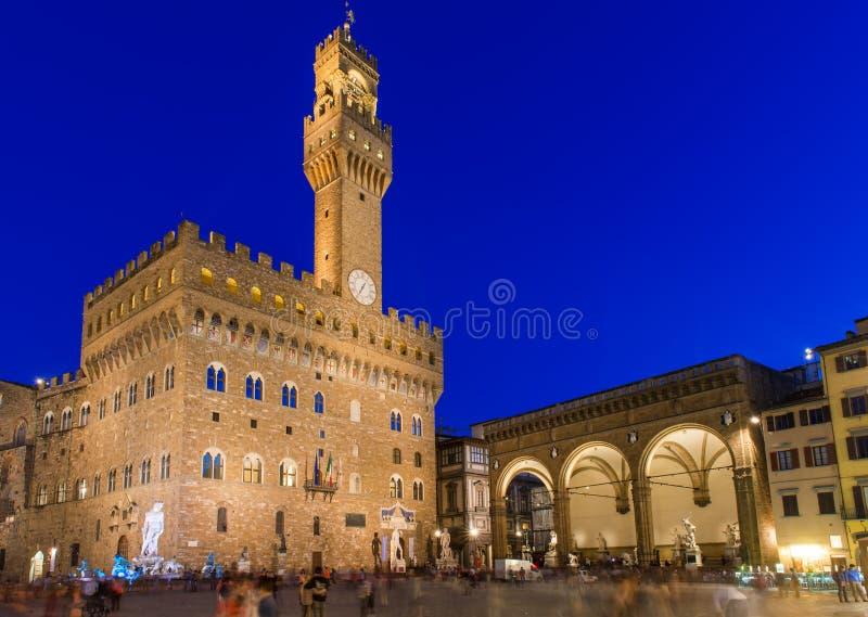Nattsikt av piazzadellaen Signoria och Palazzo Vecchio i Florence royaltyfri fotografi