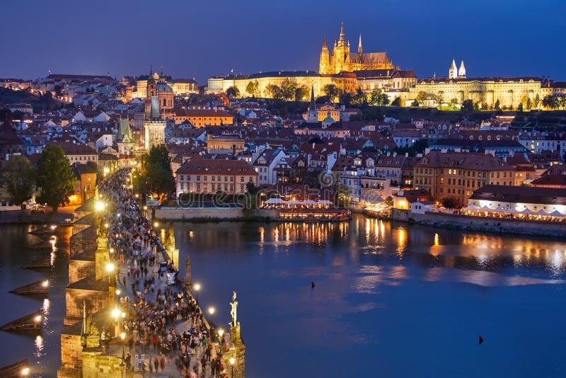 Nattsikt av Prague, Tjeckien royaltyfria foton