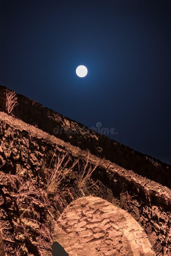 Nattsikt av restna av en forntida romersk akvedukt som lokaliseras mellan tunnlandet och Nahariya i Israel arkivbild
