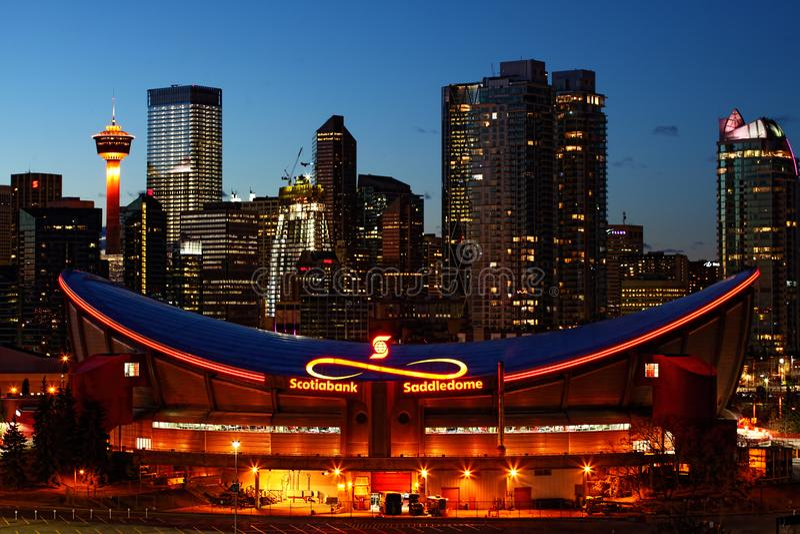 Nattsikt av Saddledome i Calgary, Kanada royaltyfri bild