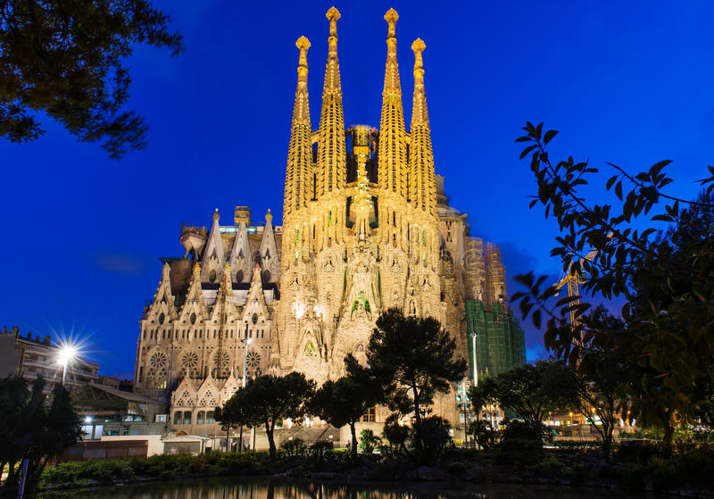 Nattsikt av Sagrada Familia i Barcelona arkivfoto