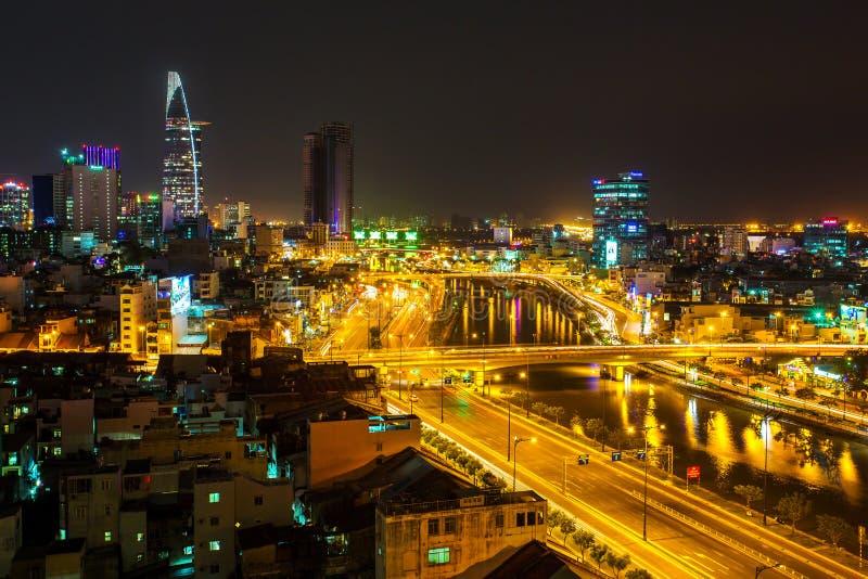 Nattsikt av Saigon trafik längs floden royaltyfri bild