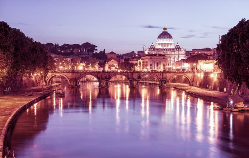 Nattsikt av San Pietro (den St Peter basilikan) i Rome royaltyfri bild