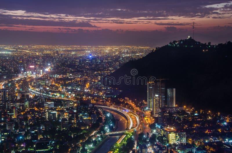 Nattsikt av Santiago de Chile in mot den östliga delen av staden och att visa den Mapocho floden och Providenciaen och Lasen dist arkivbilder