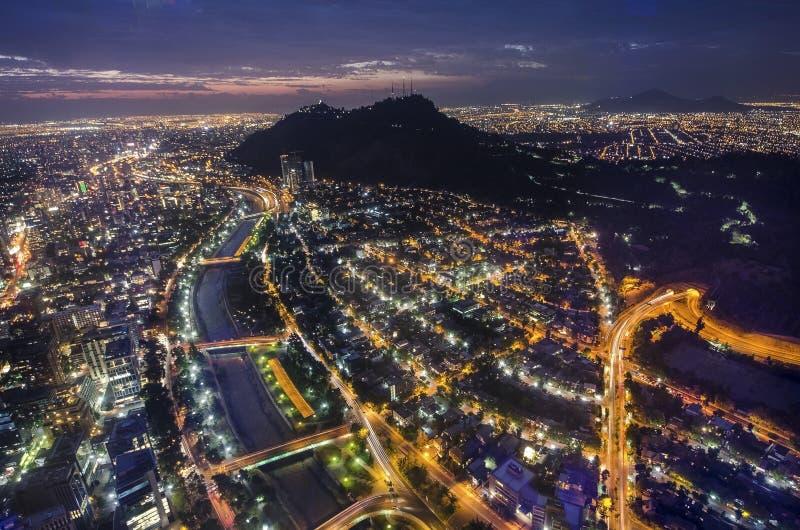 Nattsikt av Santiago de Chile in mot den östliga delen av staden och att visa den Mapocho floden och Providenciaen och Lasen dist royaltyfri bild