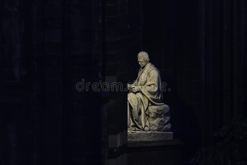 Nattsikt av Scott Monument i prinsgatan, Edinburg royaltyfria bilder