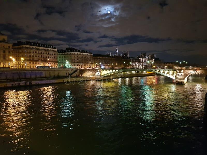 nattsikt av Seinet River arkivbild