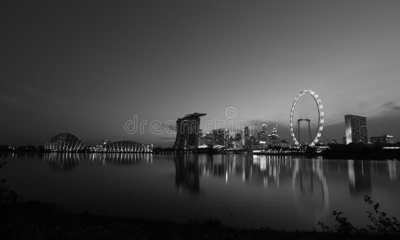 Nattsikt av Singapore Marina Bay Signature Skyline i svartvitt foto arkivfoto