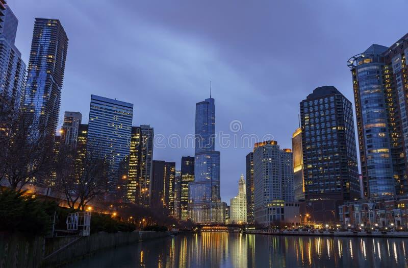 Nattsikt av skylen för internationellt hotell för trumf & torn- och Chicago royaltyfri fotografi