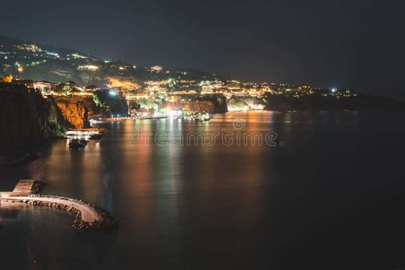 Nattsikt av Sorrento, Italien bakgrund mer mitt portf?ljlopp royaltyfria foton