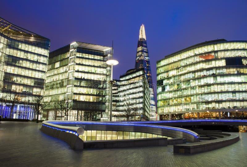 Nattsikt av Southwark horisont- och skärvakontorsbyggnad i London royaltyfria foton