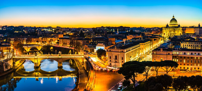 Nattsikt av St Peter ' s-basilika och den Tiber floden i Vatican City, Rome, Italien royaltyfri foto