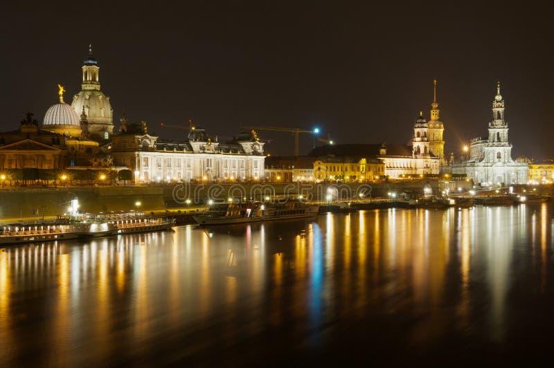 Nattsikt av staden med byggnader för kunglig slott och Frauenkirche domkyrkaoch reflexioner i Elbet River i Dresden, tysk royaltyfri bild