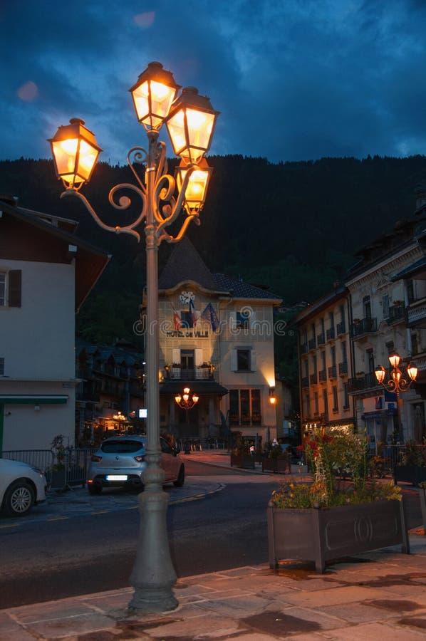 Nattsikt av stadshuset med närbild av lampan i Helgon-Gervais-Les-Bains, arkivbilder