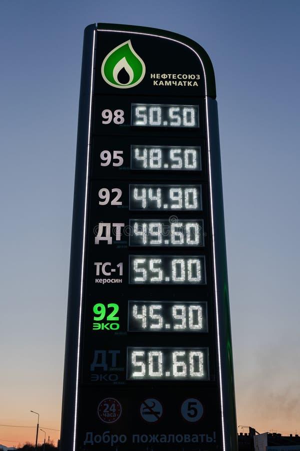 Nattsikt av stelen med priser i ryska rubel för bensin, diesel- bränsle och fotogen på bensinstation royaltyfri foto