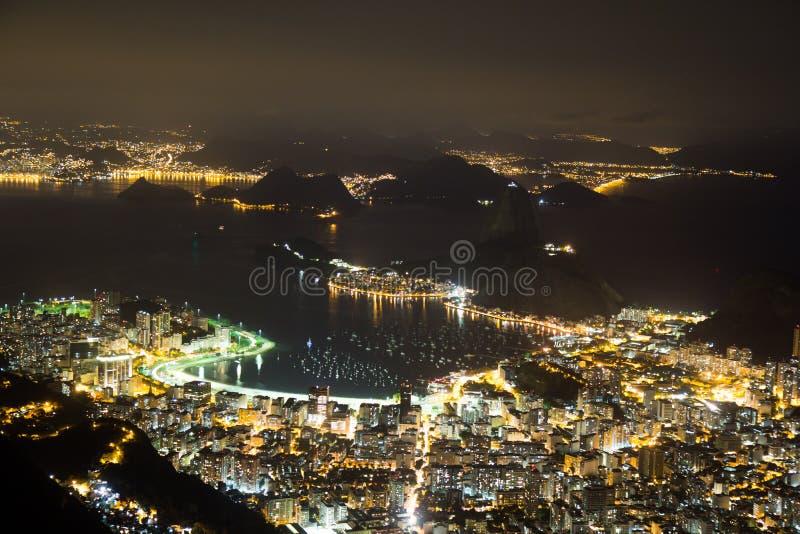 Nattsikt av Sugarloaf i Rio de Janeiro Brazil arkivbilder