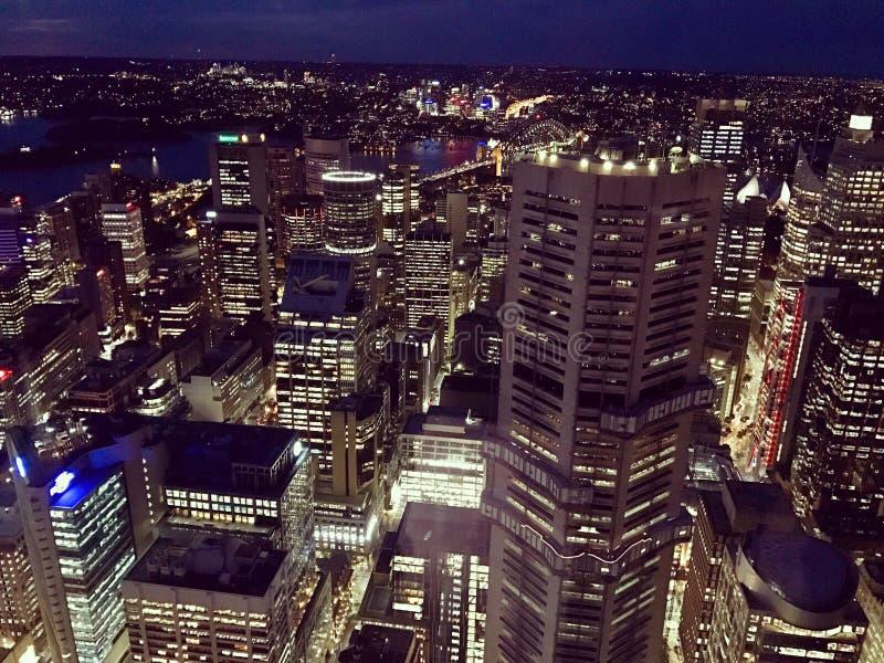 Nattsikt av Sydney från över arkivfoton