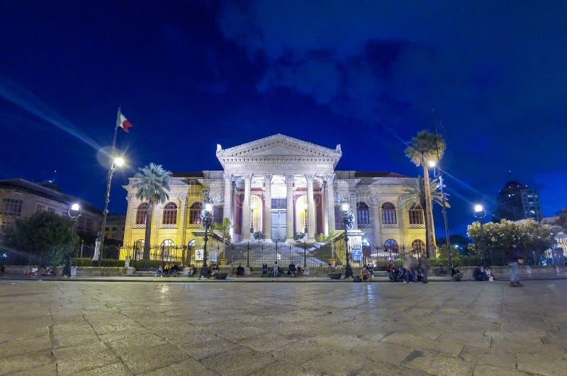 Nattsikt av Teatro Massimo i Palermo, Sicilien, Italien arkivbild