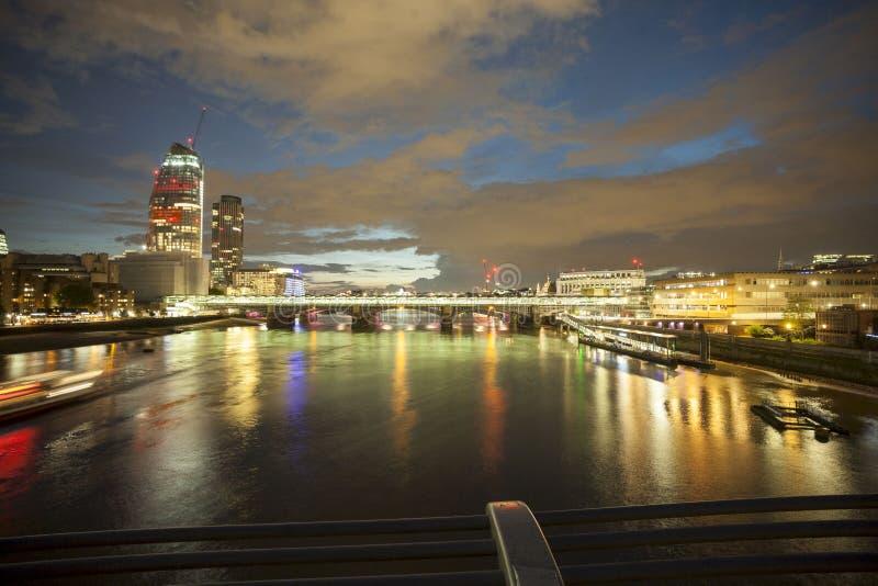 Nattsikt av thames från milleniumbron i London 2017 royaltyfri foto