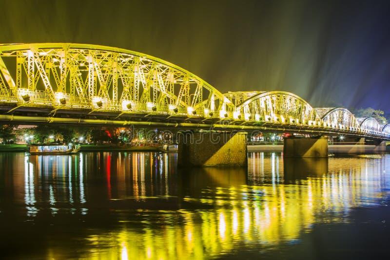 Nattsikt av Truong Tien Bridge i ton royaltyfri fotografi
