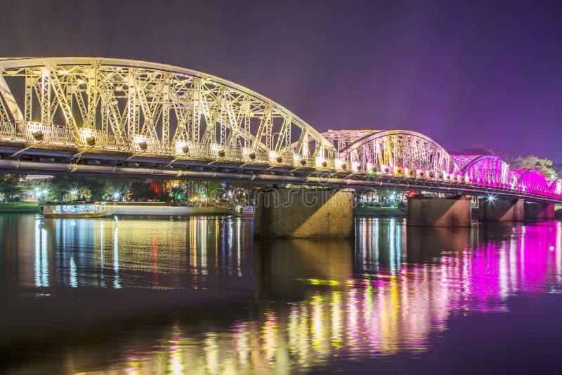 Nattsikt av Truong Tien Bridge i ton arkivfoton