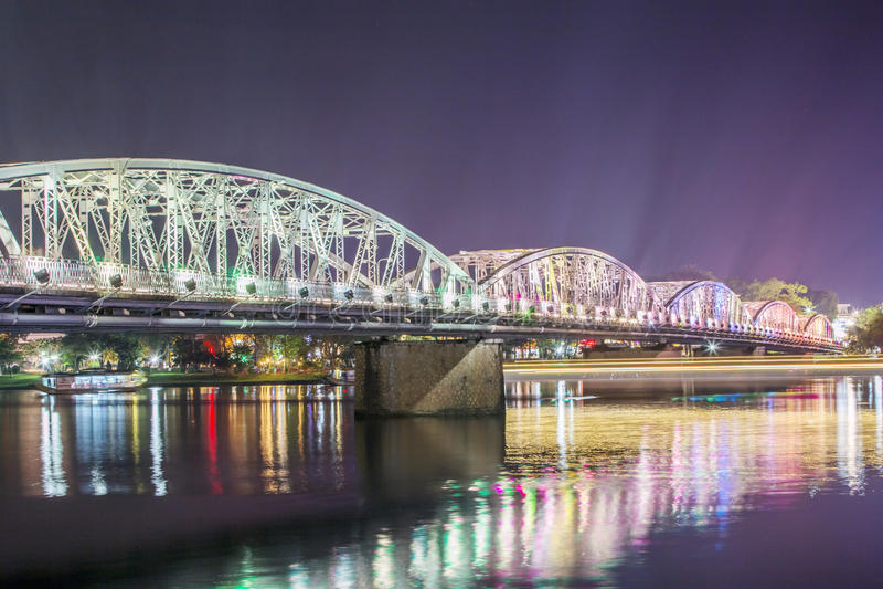 Nattsikt av Truong Tien Bridge i ton royaltyfria bilder