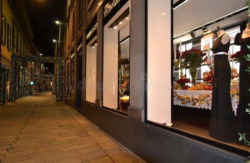 Nattsikt boutique till för det Dolce & Gabbana modeet för kvinnor som dekoreras för julferierna arkivbild