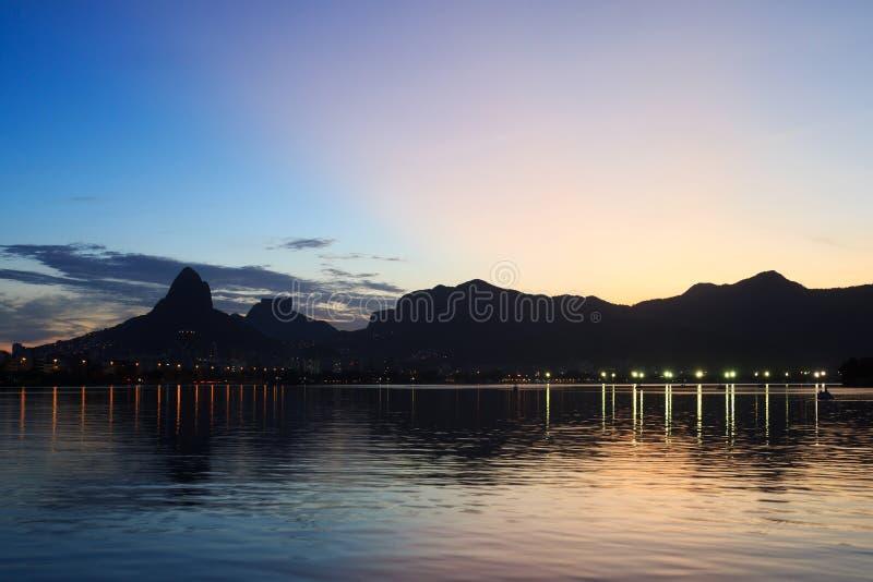 Nattsikt efter solnedgånglagun (Lagoa), Rio de Janeiro fotografering för bildbyråer