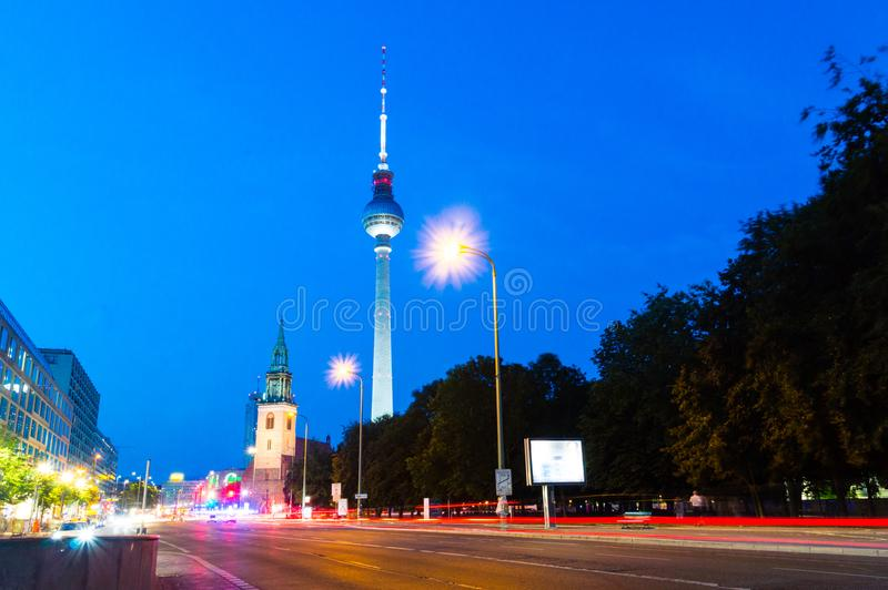 Nattsikt för gata med det Berlin TVtornet royaltyfria bilder