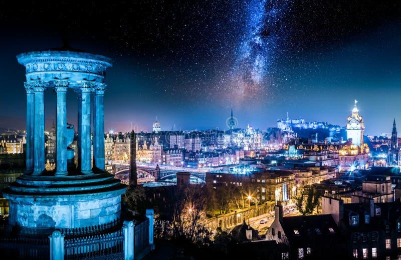 Nattsikt från den Calton kullen till Edinburg med stjärnor royaltyfri foto