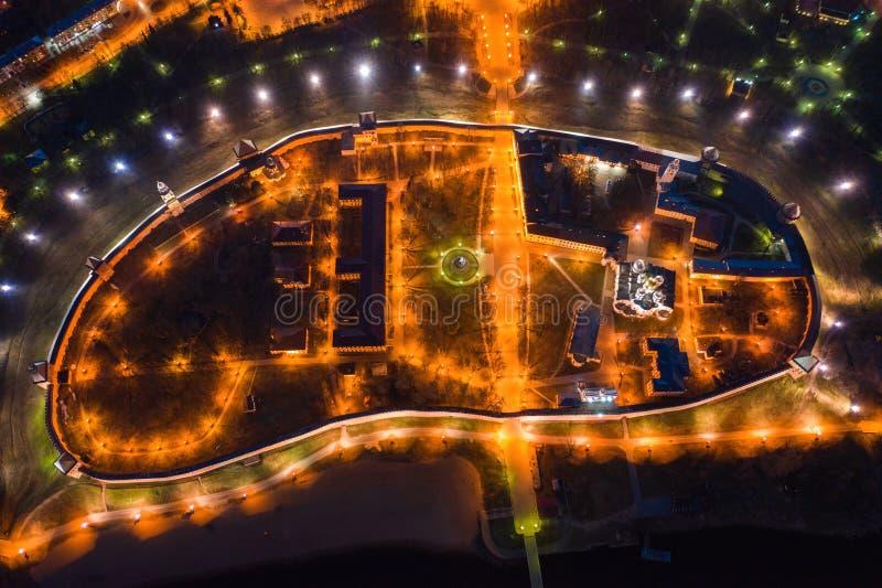Nattsikt fr?n f?gels en sikt f?r ?ga av centret Veliky Novgorod royaltyfria bilder