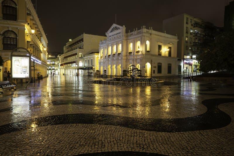 Nattsikt i regn på den historiska mitten av Macao royaltyfria foton