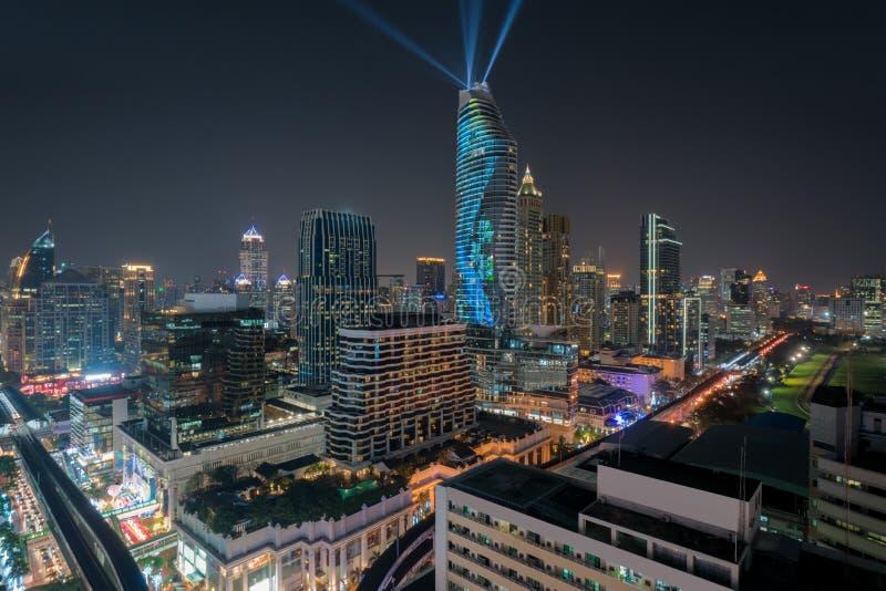 Nattsikt med skyskrapan i aff?rsomr?de i Bangkok Thailand Ljus show p? magnolior Ratchaprasong i Bangkok, Thailand arkivbild