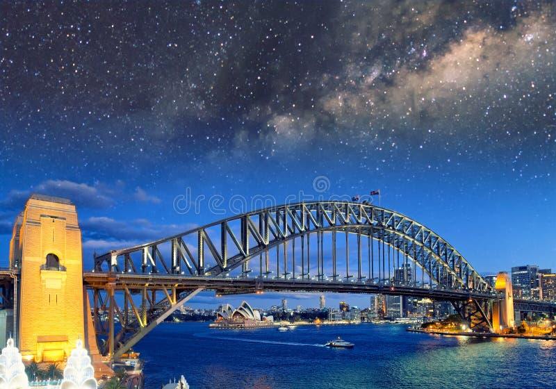 Nattsikt med stjärnor av Sydney Harbor Bridge från Luna Park Fer arkivfoto