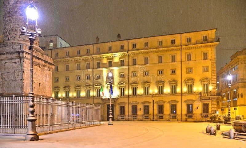 Nattsikt med tungt snöfall på fyrkant med det Palazzo Chigi Chigi slotthemmet av den italienska premiärministern som lokaliseras  arkivbilder