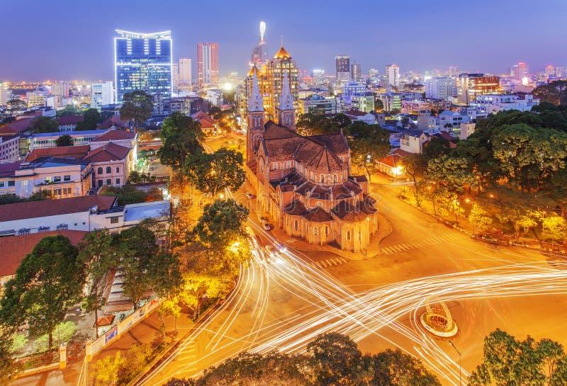 Nattsikt Notre Dame Cathedral (den Saigon Notre-Dame basilikan) som lokaliseras i centret av Ho Chi Minh City, Vietnam arkivfoto
