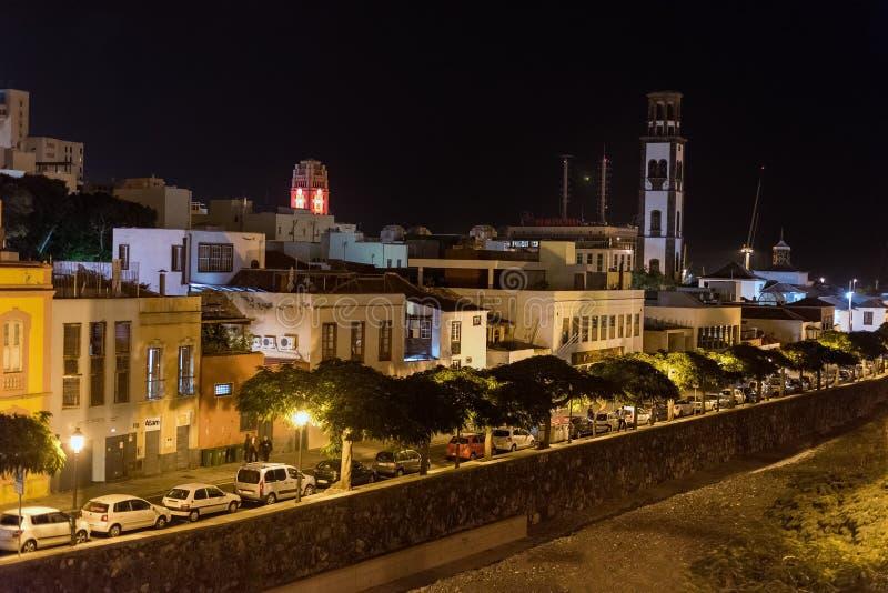 Nattsikt på arkitektur av den Santa Cruz staden på den Tenerife ön, Spanien fotografering för bildbyråer
