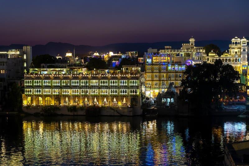 Nattsikt på arkitektur och sjövatten i Udaipur, Rajasthan, Indien arkivfoton
