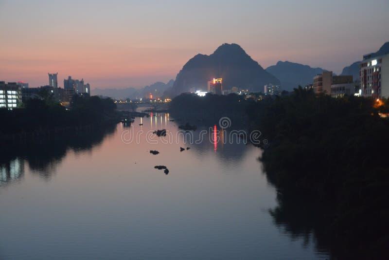 Nattsikt på bankerna av den Longjiang floden arkivbilder