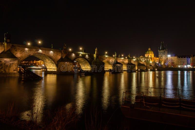 Nattsikt på den Charles bron i Prague arkivfoto