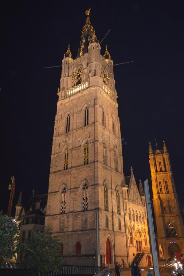 Nattsikt på den Ghent klockstapeln i Ghent, Belgien på November 5, 2017 arkivfoton