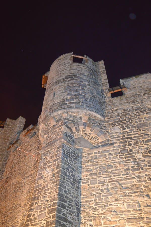 Nattsikt på den Gravensteen slotten i Ghent, Belgien på November 5, 2017 arkivbilder
