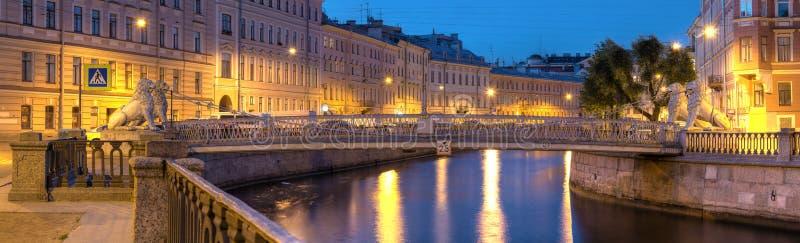Nattsikt på den Griboedov kanalen och lejonbron royaltyfri fotografi