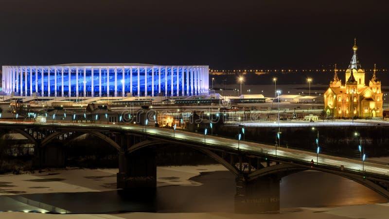 Nattsikt på den Kanavinsky bron, stadion och domkyrkan arkivbilder
