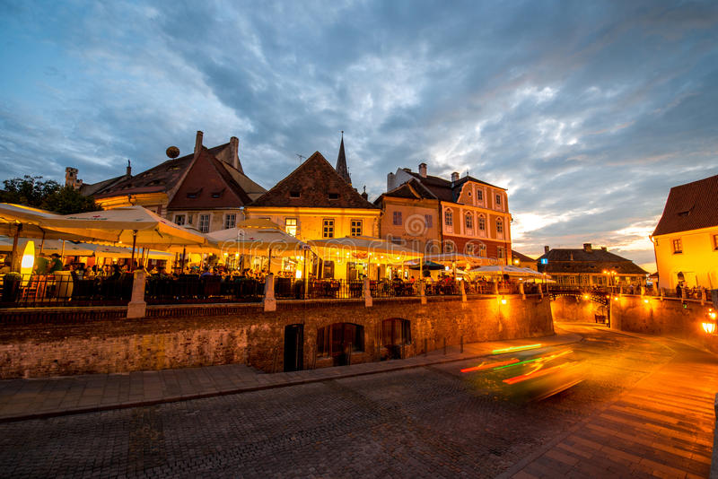 Nattsikt på den Sibiu staden arkivbilder