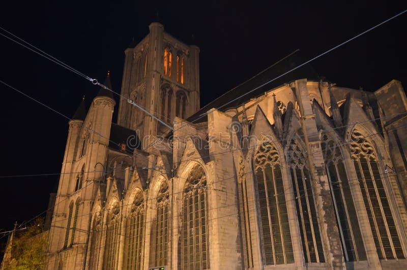 Nattsikt på den St Nicholas `-kyrkan i Ghent, Belgien på November 5, 2017 arkivfoton