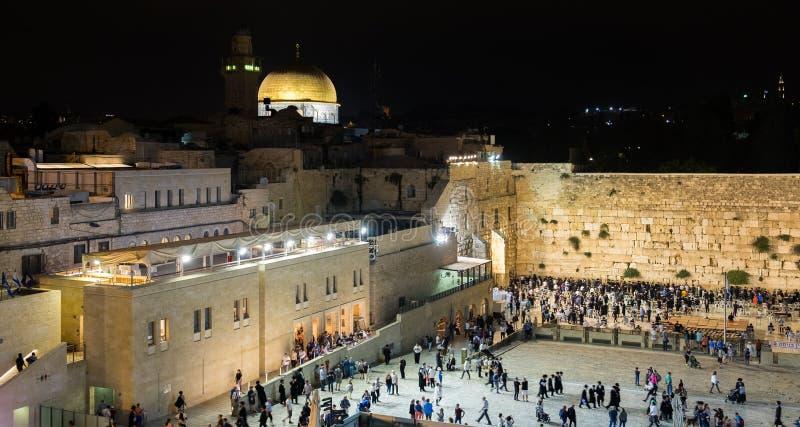 Nattsikt på den västra väggen i gammal stad av Jerusalem royaltyfri fotografi