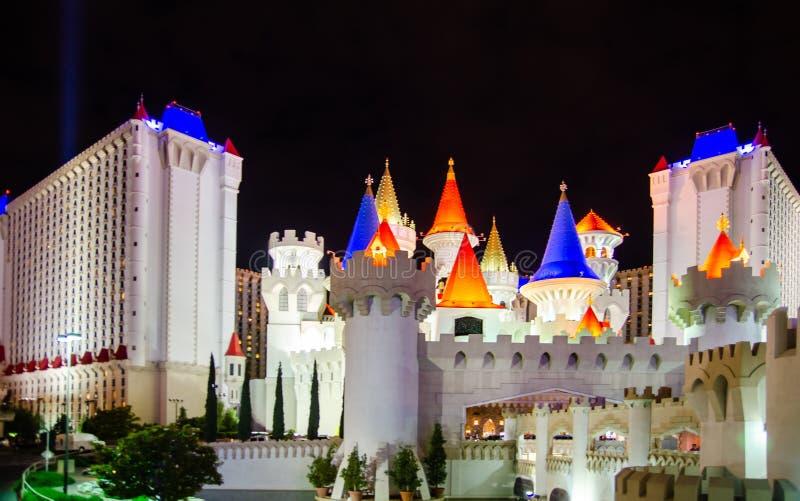 Nattsikt på det Excalibur hotellet och kasinot - lyxigt hotell och kasinot på den Las Vegas remsan royaltyfri fotografi